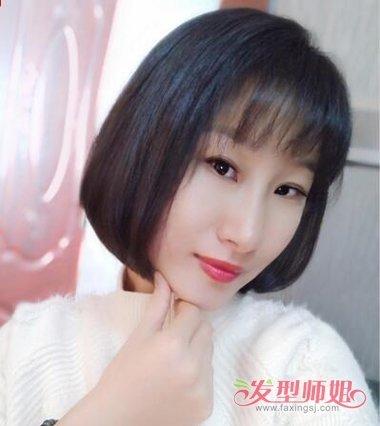 女生空气刘海内扣波波头发型,在额头上梳了齐平的空气刘海之后,脸颊的图片