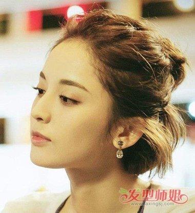 有些是有 刘海的,有些是没有刘海的,但是都不影响女生锁骨发半扎发的图片