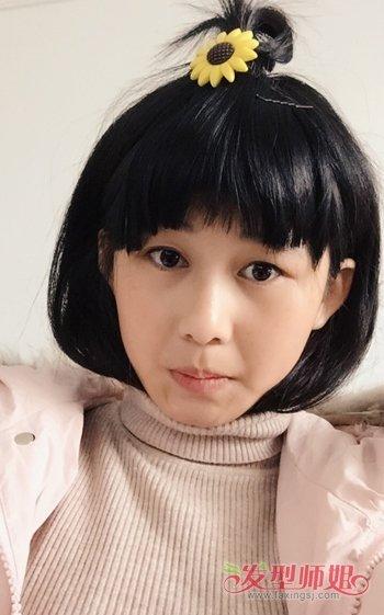 蘑菇头发型,额前的刘海在发梢部分做成狗啃式的造型,短发在两侧自然的图片