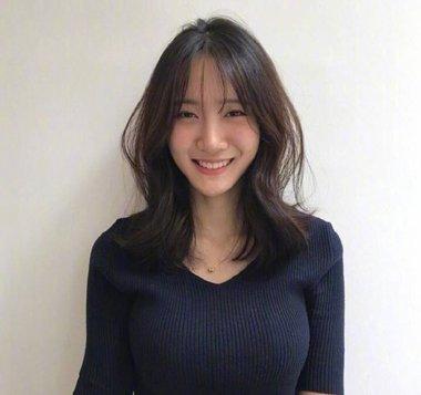 嫌脸大? 中长发女生就梳2018最新刘海卷发发型(3)图片
