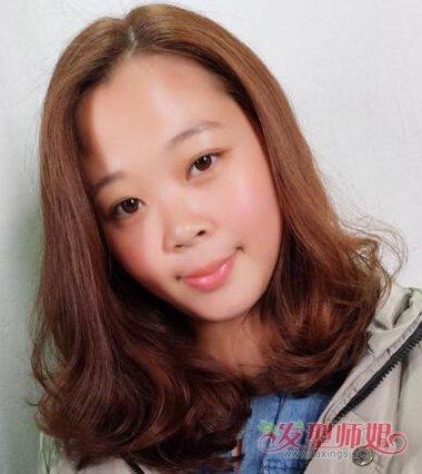 女生偏分齐肩梨花烫的发型,头发烫好的卷发,就是刚好贴着肩头的.图片