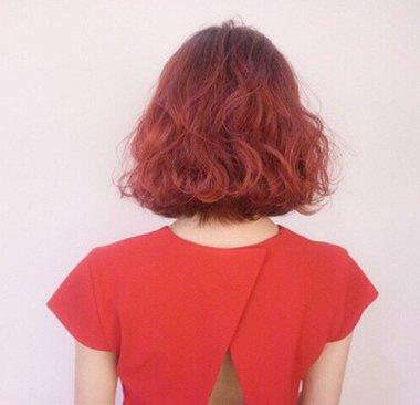 短卷发发型,再将短发全部染成棕红色,优雅大方的棕红色短烫发发型与大图片
