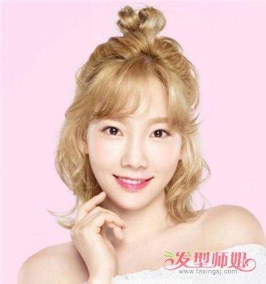 烫发发型两边都向后梳成 卷发,半扎丸子头发型发际线上固定了高高的图片