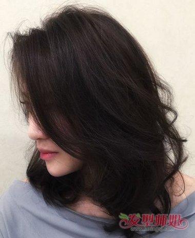 女生偏分内扣lob烫发发型图片