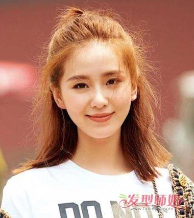 中长发女生制作的无刘海半扎丸子头发型,将发根的头发固定成蓬松图片