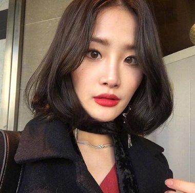 大脸女生也能梳中分短发 2018大脸女生修颜时尚中分短发发型(4)