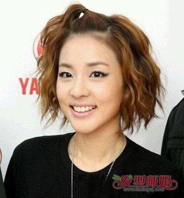 头发梳成蓬松大卷发,发顶上的头发要扎成侧边固定的效果,扎发苹果头图片