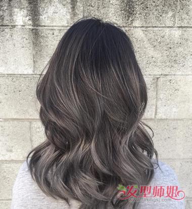 女生深灰色染发发型图片