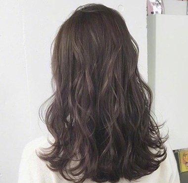 2018年不适合梳长 直发发型,那就从耳朵位置往下烫头发,让原本服帖的图片