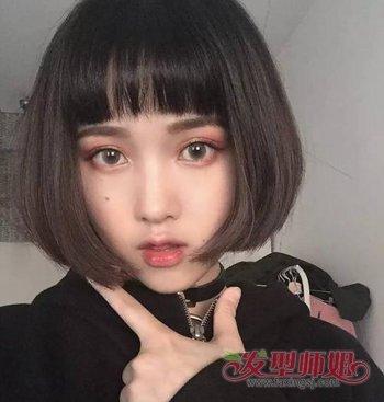 2018圆脸女生时尚狗啃刘海短发发型图片  年轻可爱的圆脸女生将头发
