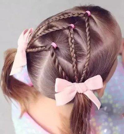 简单的麻花辫编发处理,将发辫微微拉松一些,在耳朵的一侧点缀上鲜花图片