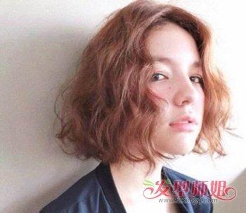 梳 蘑菇头短发的妹子们,将头发全部烫成小卷发,弄成泡面头发型,让图片