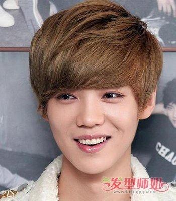 今年可以尝试这款全新男生韩式斜刘海波波头发型,将厚厚的头发剪碎打