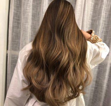 女生金棕色大波浪卷烫发发型