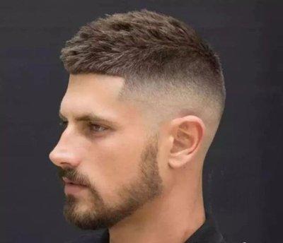 男生露额渐变短发发型图片