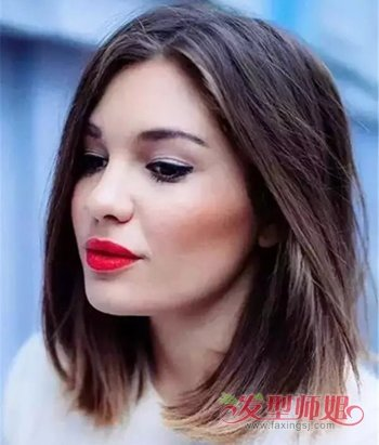 大脸女生今年梳好看时尚锁骨发发型,可以不必剪 刘海哟,将剪到锁骨