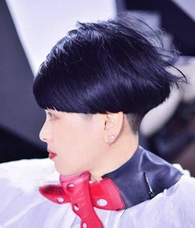 发型师姐编辑:emily 分享到  有着雾面紫色渲染的短发西兰花发型最大图片