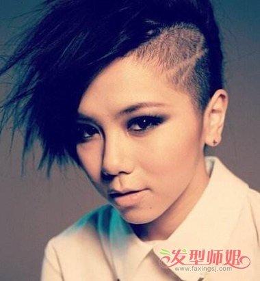 女生剃鬓角侧梳纹理 烫发型,将鬓角的头发剃成 短发之后,耳尖上还特意图片