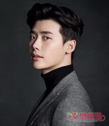 帅气的方脸男生梳流行偏分头发型,不要留刘海了,将额前发际线位置的图片