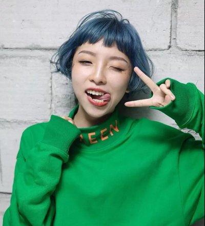 雾面蓝色渲染的一款短发波波头发型,这种 染发可是2018年最为流行的图片
