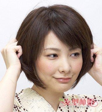 波波头 短发女生就不要天天都散着头发了,偶尔将头发简单扎起来,你会图片