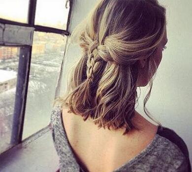 锁骨中短发将上层的发丝梳理成慵懒个性的编发,在耳前还梳理下来两缕