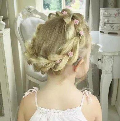 家有小公主如何做编发 小女孩公主风编发发型变美如此简单图片