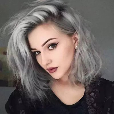 大方脸女生原本梳的是黑色中 短卷发发型,自从将头发全部染成灰色