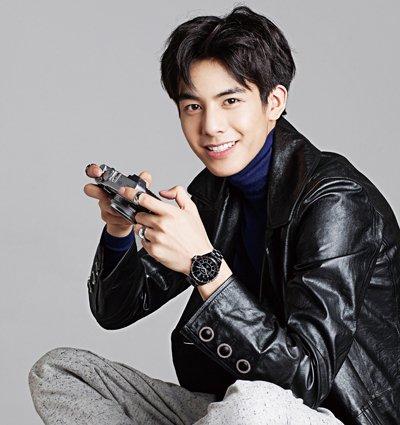 即使额头大一些,也能梳这款2018年最新韩国男生中分刘海短 烫发发型哟