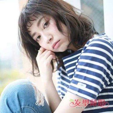 发型 2018齐刘海露眉毛图片  头发有明显的蓬松感的女生眉上刘海长