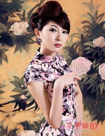在民国时期上海的女人很流行旗袍,搭配的发型也是多为盘发造型,倾斜