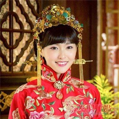 盘发话,赶快随小编来欣赏这组造型,款款是关于 齐刘海穿秀禾服 新娘发图片