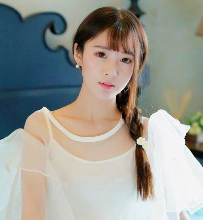 女生小清新轻薄刘海侧编发发型图片