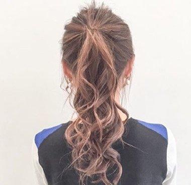 仅仅是因为森系长卷发扎发发型  喜欢扎马尾辫的卷发女生, 扎头发的时图片