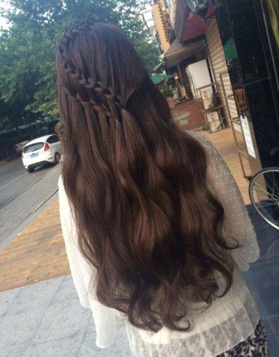 这款对发丝做成巧克力色的渲染,长发采用的是微卷烫发造型,长发披散