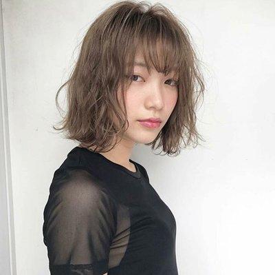 东京妹子短发又有新玩法 2018日系女生短发烫发发型look图片