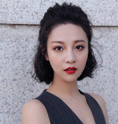 发型师姐编辑:aainforest 分享到  靓丽迷人的短发女士,将前面的头发图片