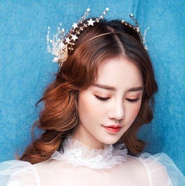 发型设计 新娘发型 >> 最美不过出嫁时 2018西式婚纱头饰助你打造浪漫图片