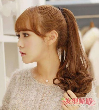 将发尾的头发做成漂亮的螺旋卷,扎发马尾辫发型用高高扎起来的头发也图片