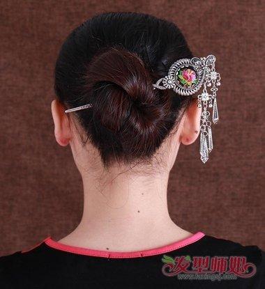 女生无刘海发簪低盘发的发型,贴着发际线的头发顺着头型梳到了后边.图片