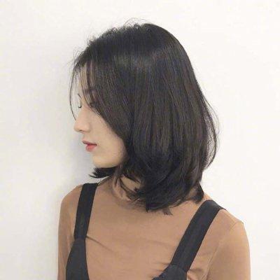女生黑色中分锁骨中短发发型图片
