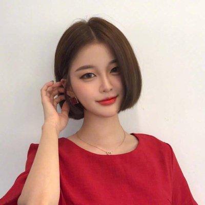 分享到  头发多的女生很适合梳韩式波波头发型,将头发剪裁齐发尾短发图片