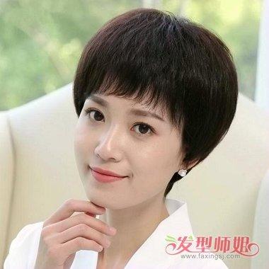 妆容下的中年女性短发,美丽中透露出知性美,额头上方剪出的 斜刘海更图片