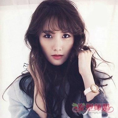 anny 分享到  韩式风格的女生凌乱发,而刘海部分是精心做出,头发颜色