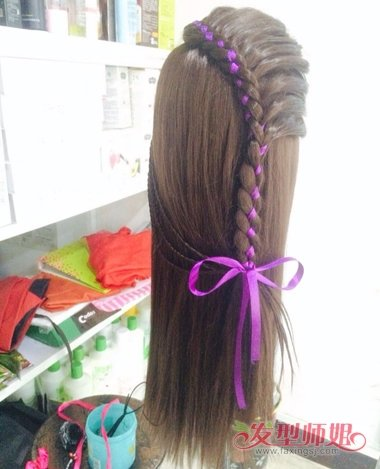 女生长直发侧梳彩带编发发型图片