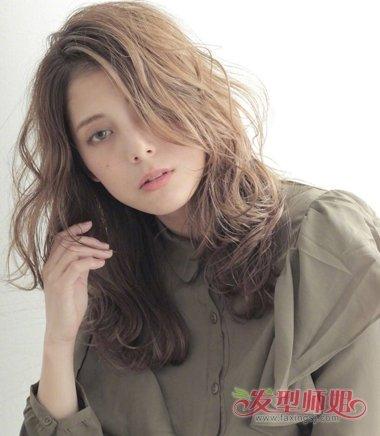 中长发发型在发顶上梳成了两边偏分的发型,烫发发型发尾有着碎碎的图片