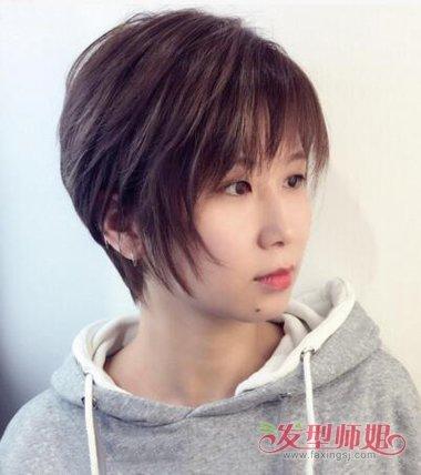 梳侧梳短直发发型,将发际线的头发脸颊上贴着梳碎发,发顶上的头发层次图片