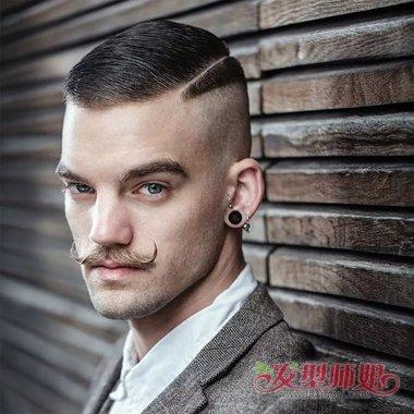梳出的偏分头发造型,微 卷头发透露出帅气风范,露出五官款式的发型