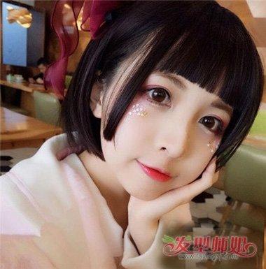 短公主切头发造型,显示着圆脸女生是如此可爱,直接把侧边头发梳在耳