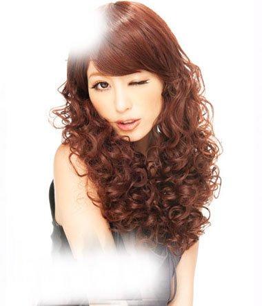 女生螺丝烫染棕红头发颜色图片